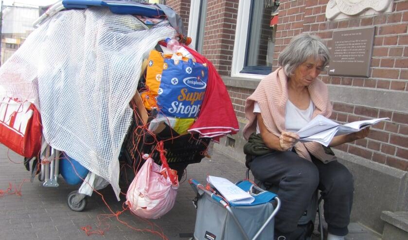 Joke zoals velen haar kennen: zittend naast haar schamele bezittingen. FOTO ADDO SPRANGERS