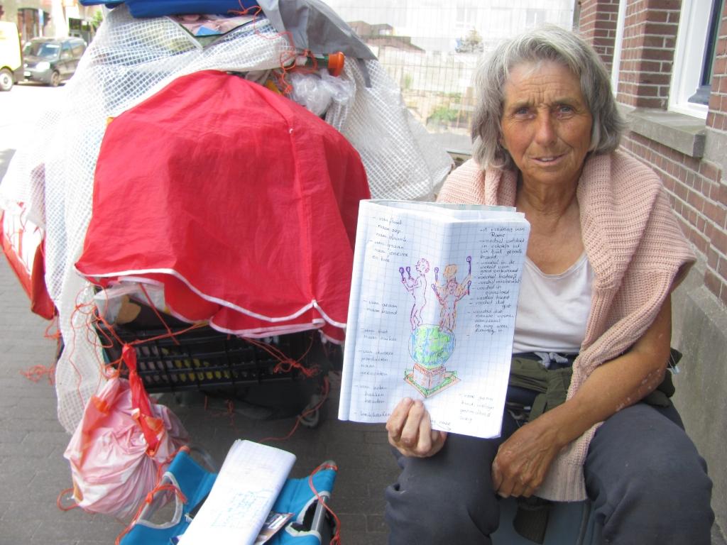 Joke werkt regelmatig aan aan haar tekeningen en aantekeningen. FOTO ADDO SPRANGERS   © Internetbode