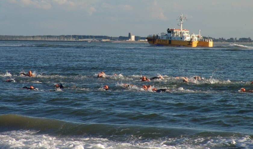 De zwemtocht voert langs de kust van Walcheren.