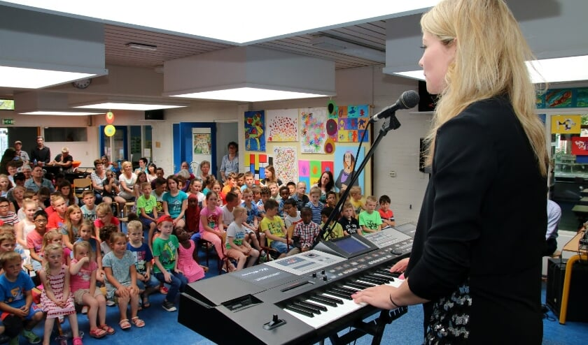 <p>Archiefbeeld van een optreden van Yentl Schieman bij basisschool De Voorhoute in Kruiningen.</p>