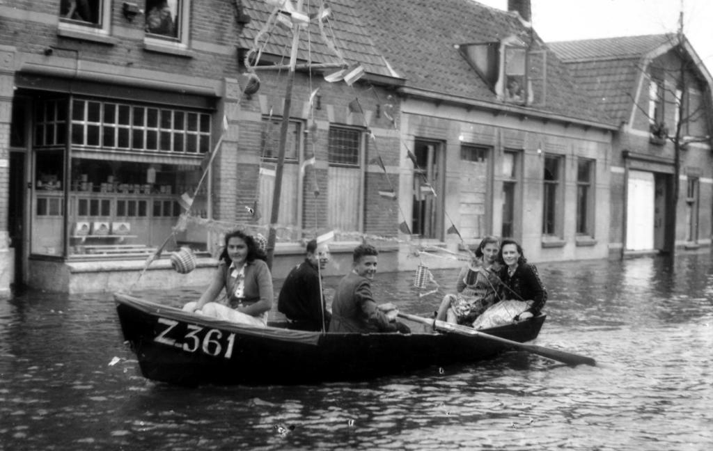 De jongen aan de riemen in dit bootje is de zoon van fotograaf Adriaan Kruithof. Foto: A.G. Kruithof/Gemeentearchief Vlissingen © Internetbode