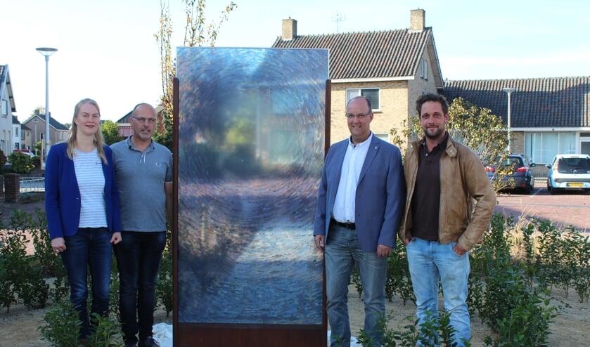 Ontwerpster Sylvia Vergouwen middenin haar ontworpen tuin Het Levenspad van Vincent van Gogh.