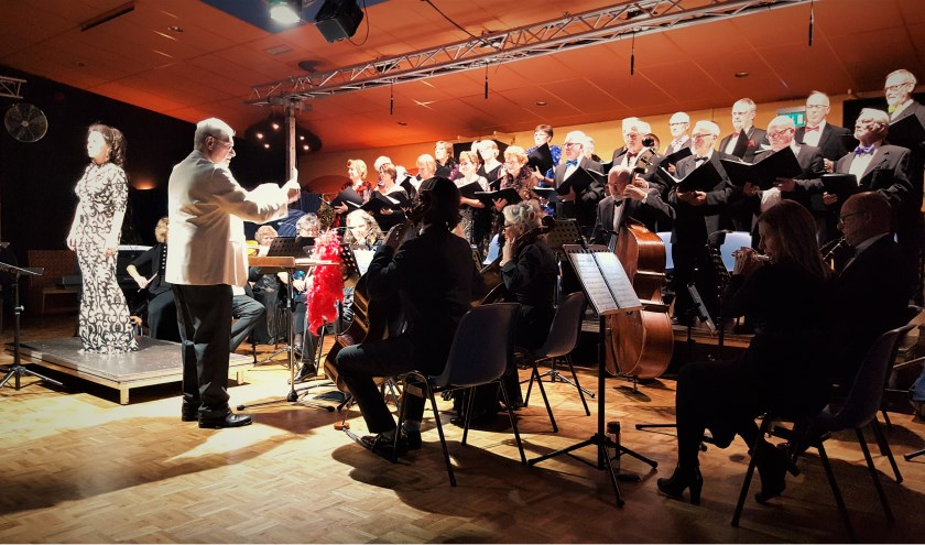 Angelique Wardenier met koor en orkest o.l.v. Wil Broos. FOTO FONS PAPENDORP