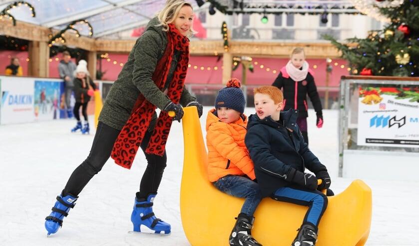 Veel kinderen kwamen met hun ouders naar de schaatsbaan.