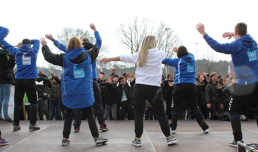 <p>De leerlingen dansen mee met de F!Tfabriek en Ingrid Jansen</p>
