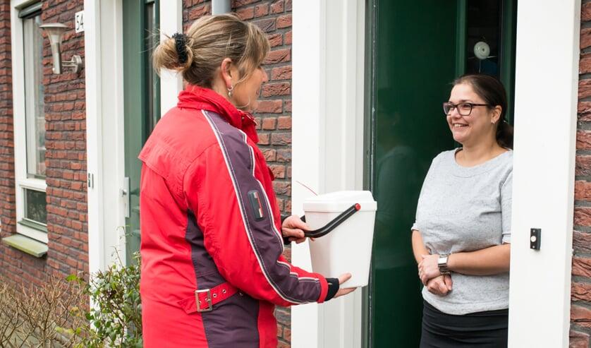 <p>Collectant collecteert aan huis</p>