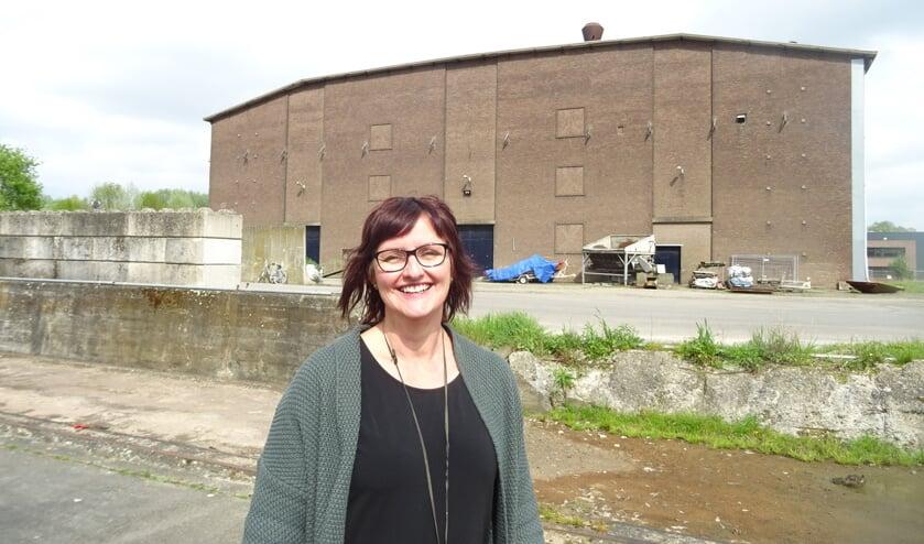 Petra Wevers voor het terrein van de pulphal van de voormalige Suikerfabriek waar straks een stadsstrand verrijst. FOTO MIRYAM VAN DER STEE