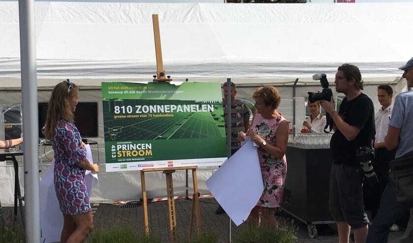 Wethouder Bos (links) en De Bondt openen samen het zonnepark.