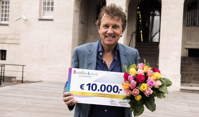 Robert ten Brink is een van de ambassadeurs van de BankGiro Loterij die de cheques uitreikt.