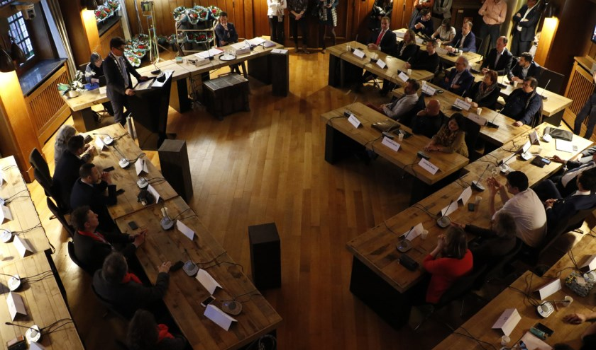 De raadszaal: vanaf deze donderdag vergadert de raad weer wekelijks over de koers voor de gemeente.