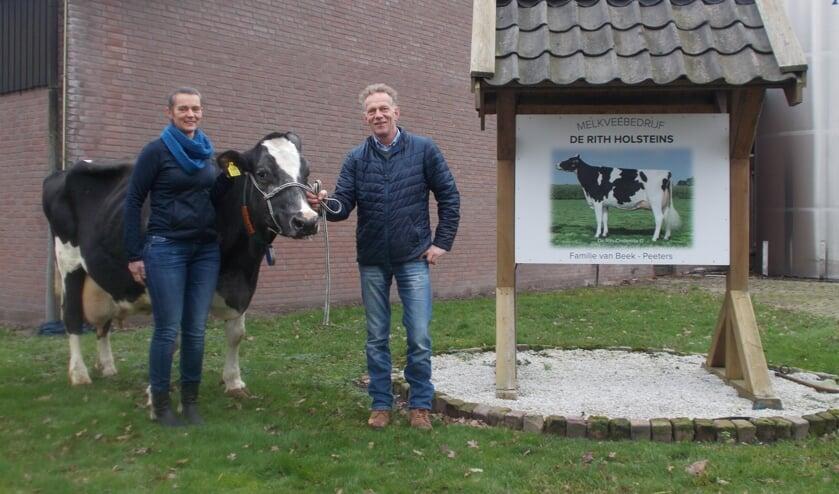 Adrion en Lisette van Beek met hun 200.000 liter-koe.
