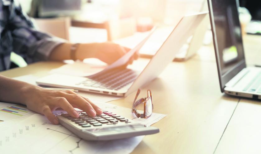werk bureau calculator rekenmachine administratie_417130852.jpg