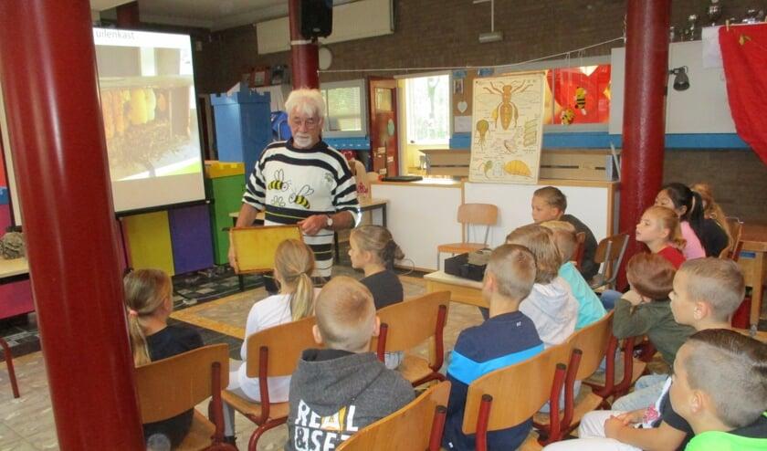 <p>Basisschool De Rietvest tijdens een les over bijen.&nbsp;</p>