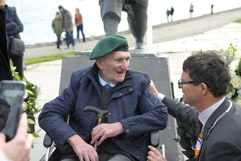 De Franse veteraan Felix Kerboas in gesprek met de Vlissingse burgemeester Bas van den Tillaar. Foto: Annet Eekman © souburgsche courant