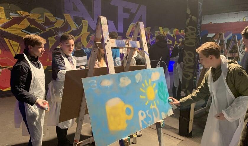 De leerlingen mochten hun droombeeld van Roosendaal met graffiti spuiten FOTO REMKO VERMUNT