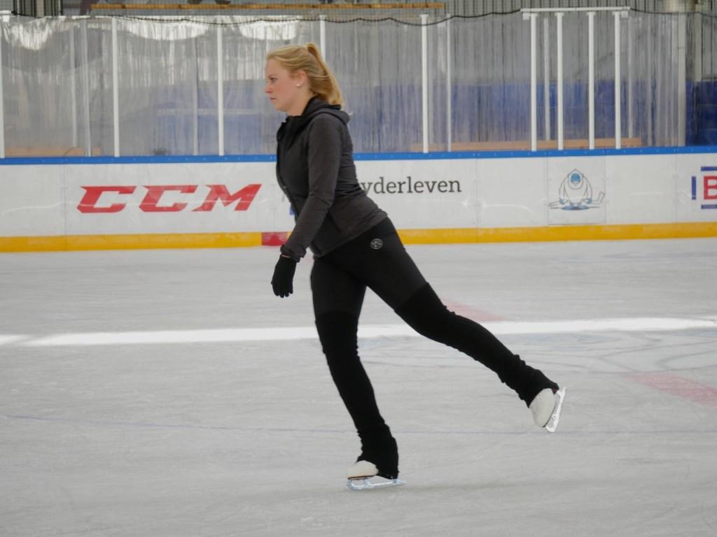 Met vallen en opstaan leerden de kinderen de kneepjes van het schaatsen.  Foto: Wesley van der Linde/GroenNieuws.nl © BredaVandaag