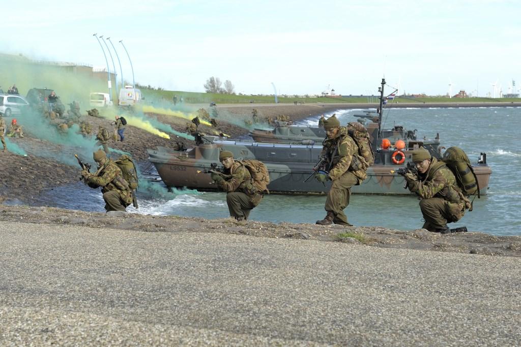 De demonstratie van het Korps Commandotroepen zaterdag bij Uncle Beach. Foto: Annet Eekman © souburgsche courant