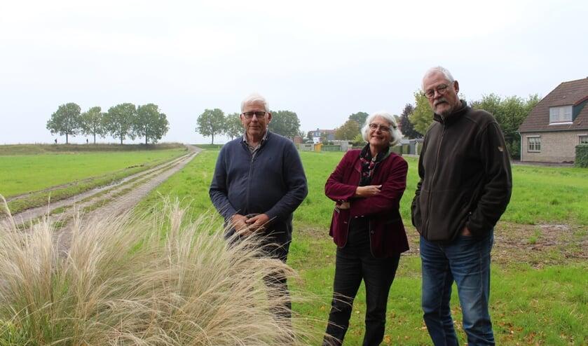 Ernst Verwer, Anja en Machiel van Wouwe staan bij het nog in te zaaien veld voor de Vlinderidylle in Dinteloord.