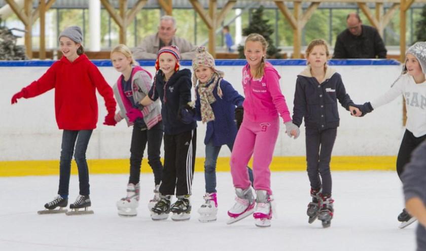 Kinderen op de schaatsbaan in Breda.