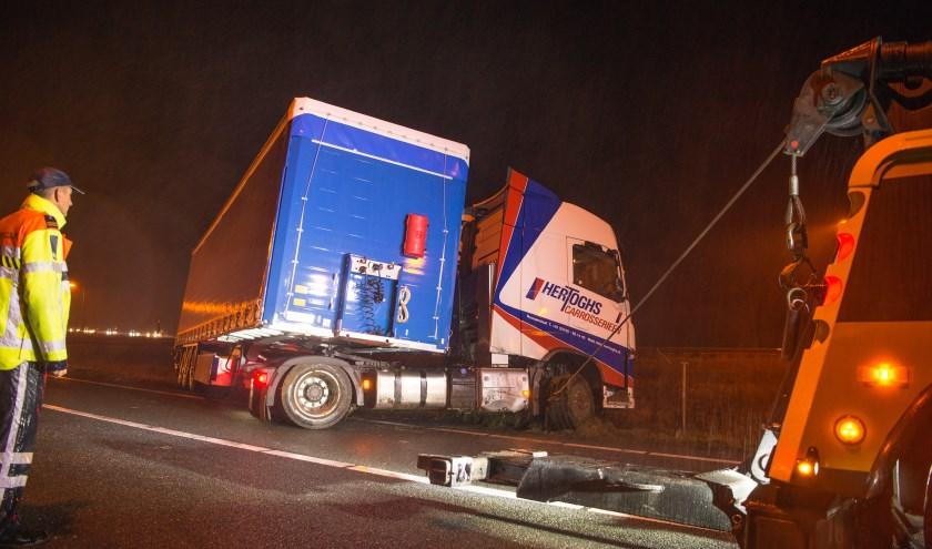 De vrachtwagen is door een berger weggetakeld.
