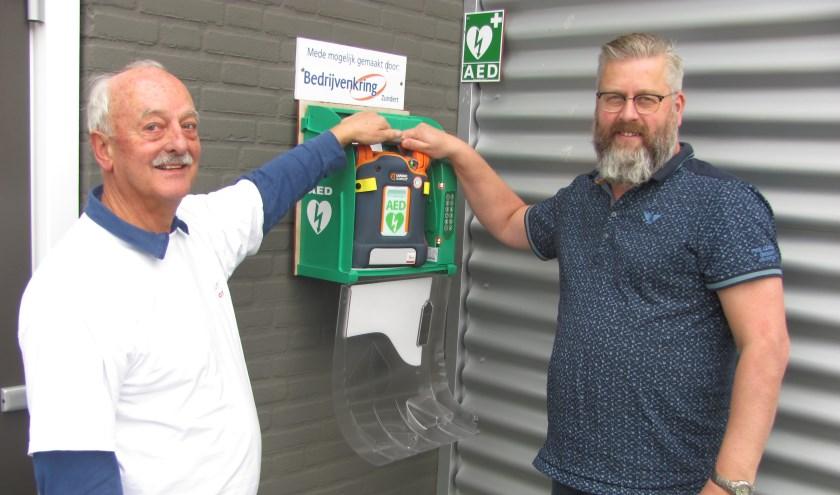 Jan Koetsenruijter (Stichting Hartveilig Zundert) en Frank van de Klundert bij de AED bij Dock 75.