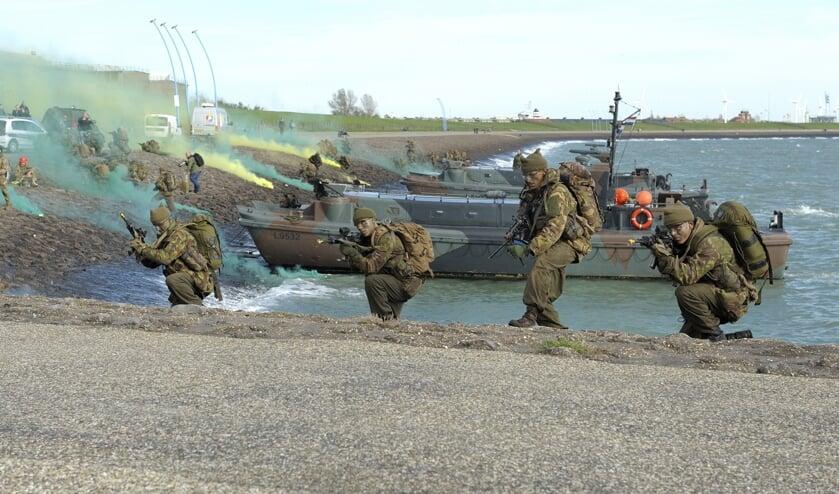<p>Een demonstratie van het Korps Commandotroepen bij Uncle Beach.</p>