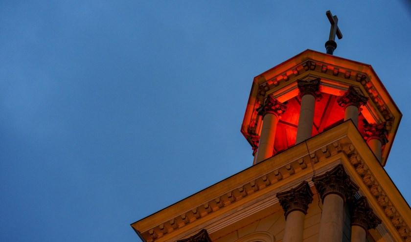 De kerk kleurde rood tegen geloofsvervolging.