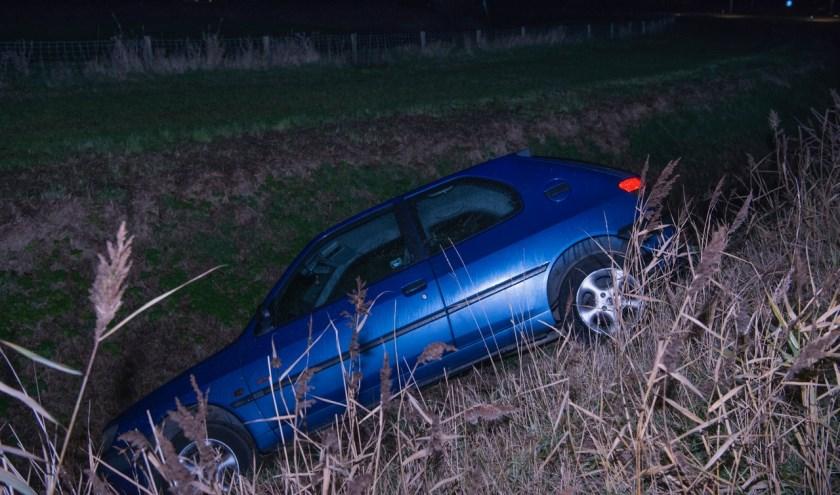 De auto is door een berger uit de sloot getakeld.