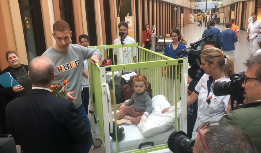 De 17 maanden oude Floor de Zwart is de eerste patiënt die aankomt bij het nieuwe ziekenhuis.