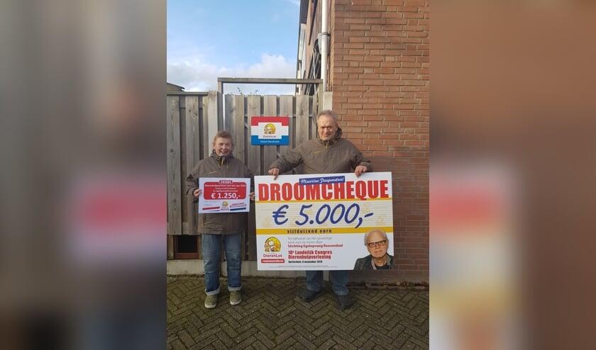 De beheerders Dré en Conny Scheeres, oprichters van Stichting Egelopvang Roosendaal, met de prijzen die ze hebben mogen ontvangen.