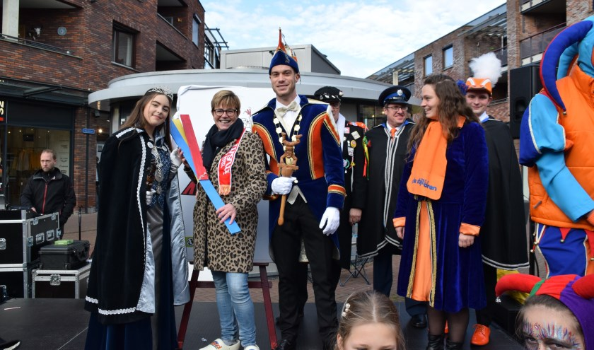 Burgemeester Miranda de Vries, jeugdprinses Elize en prins Thomas III met de maxi-klepper. FOTO STELLA MARIJNISSEN