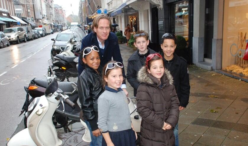 Chike (helemaal rechts) met Jort Kelder FOTO CHATIME