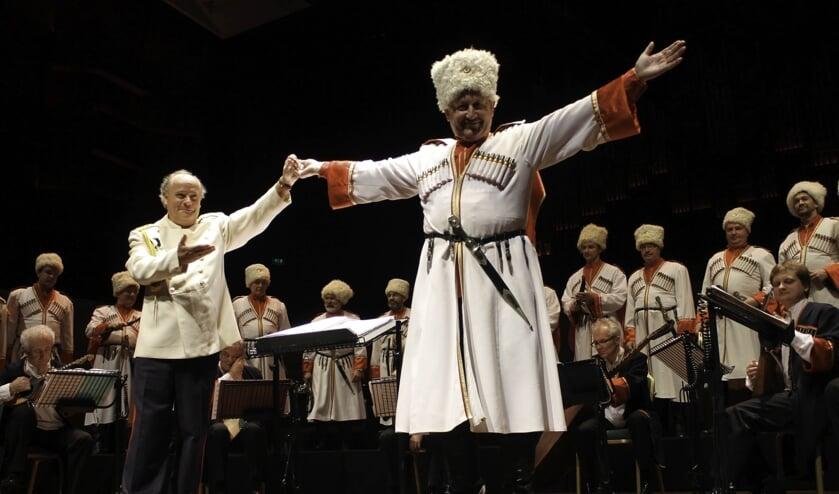 Marcel Verhoeff met één van de zangers van het Don KosakenChor Russland . FOTO MONIQUE LIET