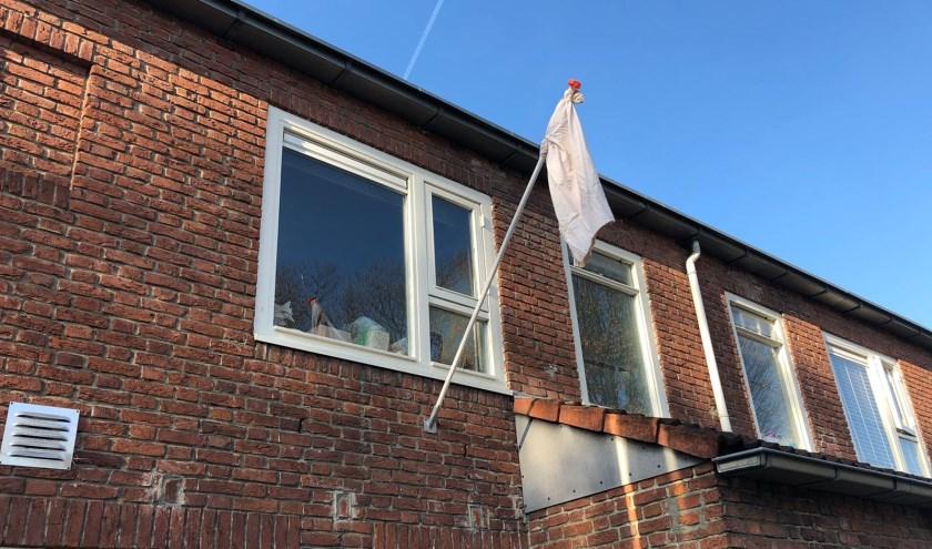 Bredanaars hangen een laken aan woning als steunbetuiging.