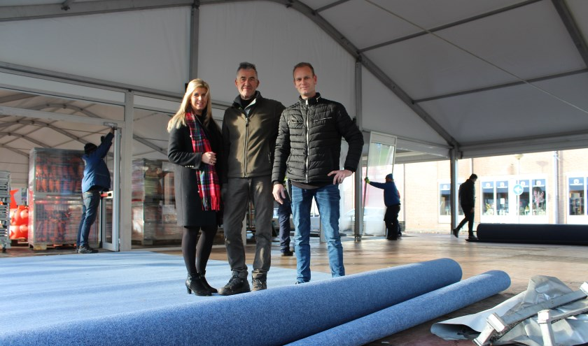 Een grote rol tapijt wordt gesponsord door AS Complete Woningstoffeerder uit Steenbergen.