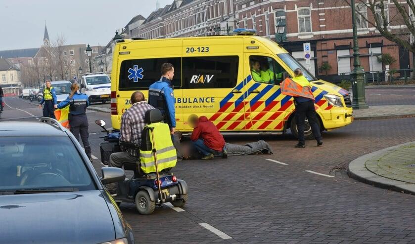 De fietser is overgebracht naar het ziekenhuis.