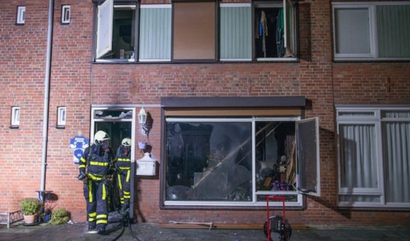 De woning liep flinke schade op bij de brand.