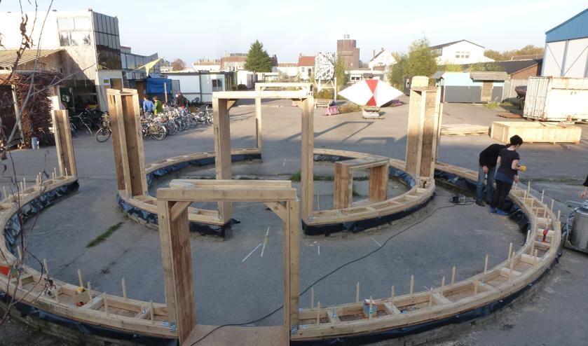 De bouw van het Houtje Touwtje Strogebouwtje.