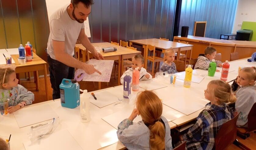 <p>Een archieffoto van een kinderkunstweekactiviteit in Hansweert met kunstenaar Barre Verkerke.</p>
