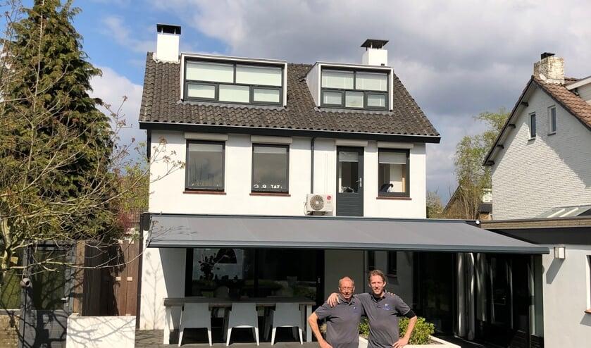 Dick Hoeks met zijn collega Anton bij een zojuist opgeleverde zonwering.