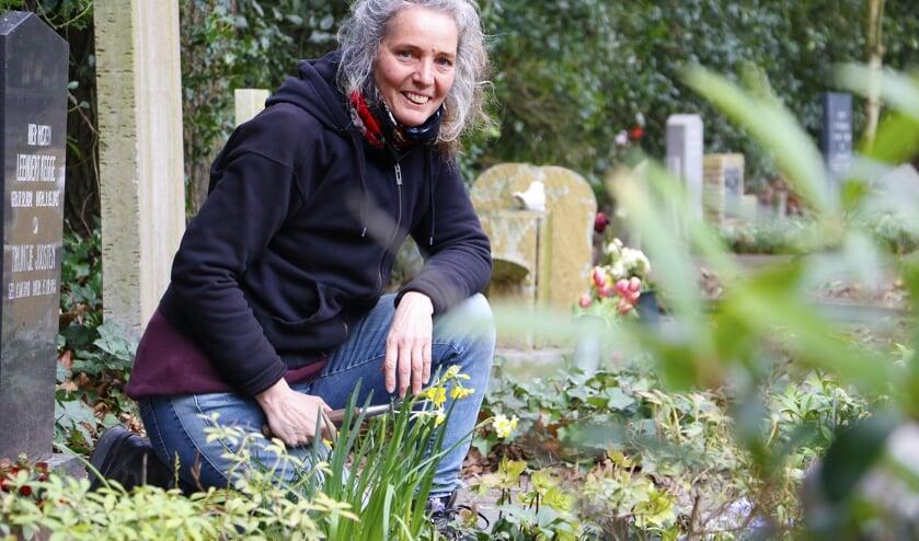 Monique Kooy onderhoudt een tuingraf op begraafplaats Bieberg.
