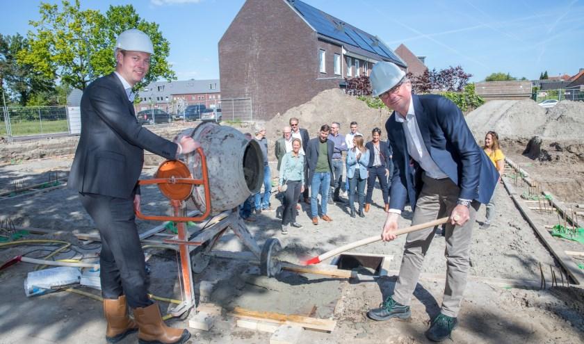 Wethouder Daan Quaars en WonenBreburg-bestuurder Hans Pars geven het startsein voor de bouw.
