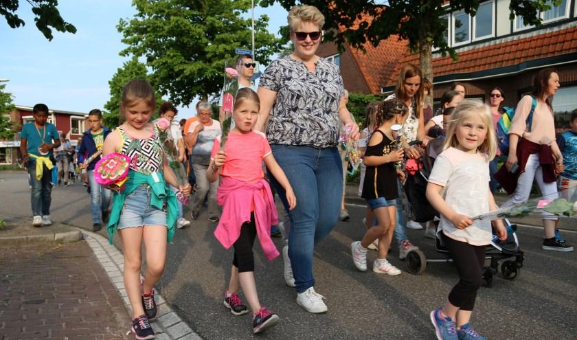 De deelnemers van de Avondvierdaagse in Kruiningen zijn feestelijk onthaald.