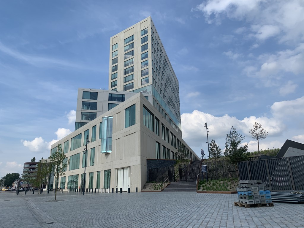 Tussen het spoor en het gerechtsgebouw ligt een nieuw park: het Spoorpark. Foto: Wesley van der Linde © BredaVandaag