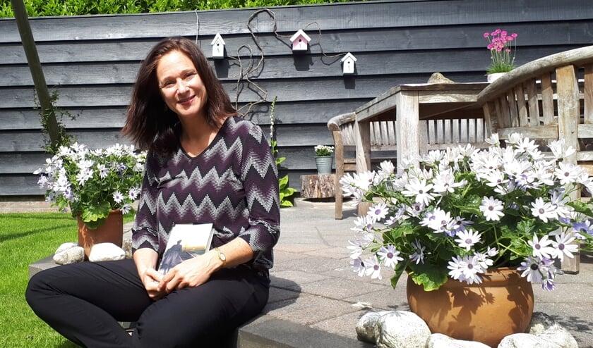 Tanja Huissoon in haar tuin, waar ze haar boek ook heeft gepresenteerd.