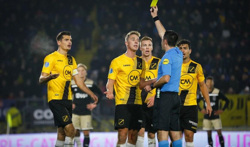 Dennis Higler floot eerder dit seizoen de met 3-0 verloren thuiswedstrijd tegen Ajax.