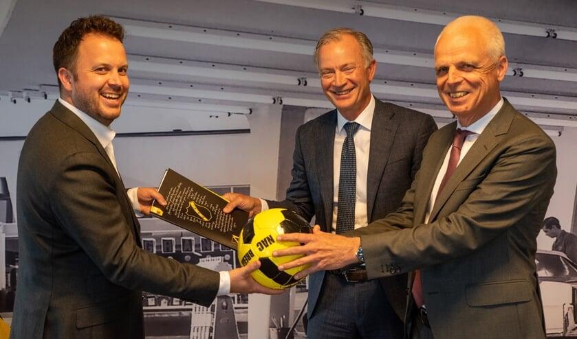 Eric Mathijsen van NAC met Jan Willem Westerhuis en Rik de Leeuw den Bouter van OK.