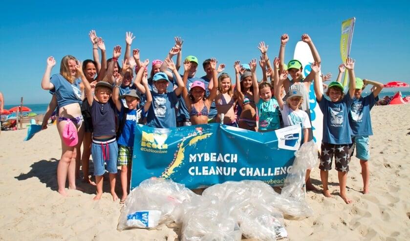 Tijdens de Beach Cleanup Tour ruimen vrijwilligers afval op langs de Zeeuwse kust.