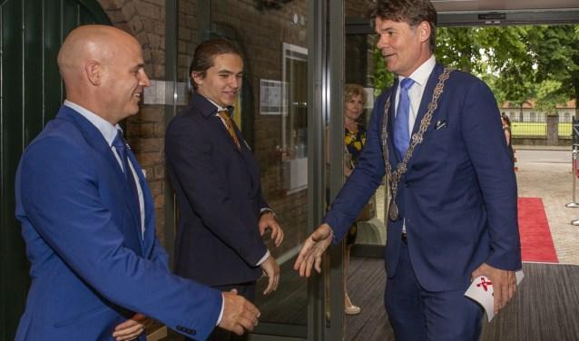 Burgemeester Paul Depla wiordt verwelkomt door de directeur Horeca Micha Wijngaards Jorgen Janssens/StadsFotograaf Breda © BredaVandaag