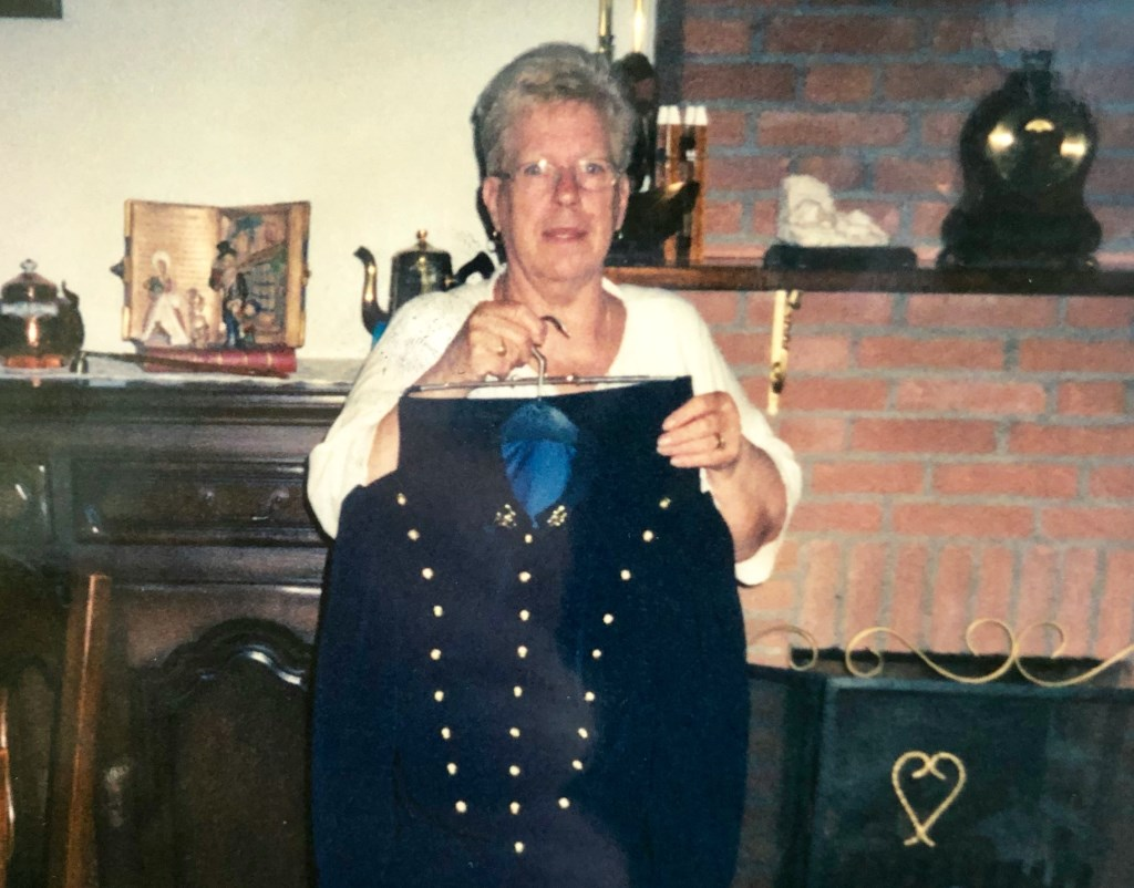 Een van de uniformen die zij gemaakt heeft voor de genietroepen.  Foto: privé-bezit © Internetbode